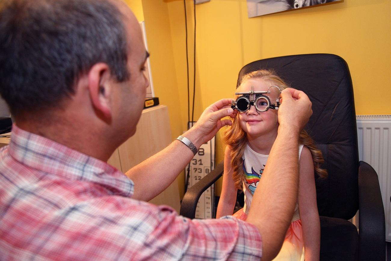 Szemüveglencsék felpróbálása gyermek szemvizsgálat során