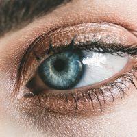 Közeli kép kék szemről