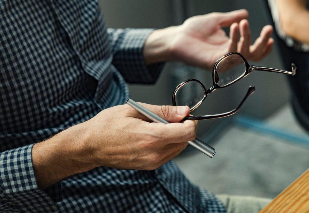 Szemüveges férfi képe